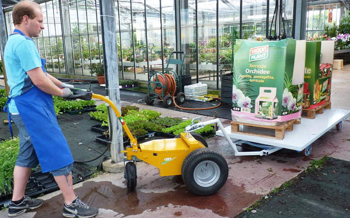 Electric transporter 300 W Fort, operator with cart fertilizers, moves easily in the greenhouse.