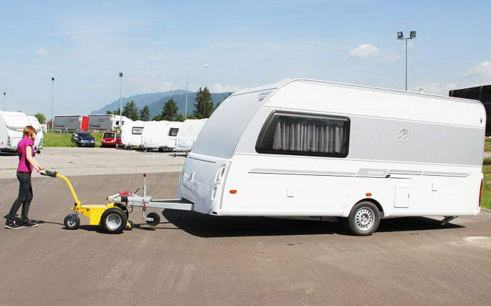 Transporter Electric 300 W Fort girl towing a trailer easily.